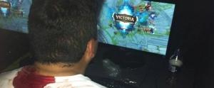 LoL Oynarken Sırtından Bıçaklanan Genç, Lig Atlamak İçin Oyuna Devam Etti
