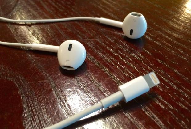 Lightning-Headphones-Apple-iOS-8.jpg