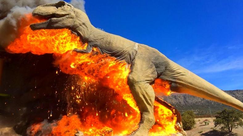 Colorado'daki T-Rex Heykeli  Cayır Cayır Yandı!
