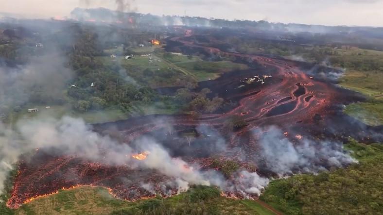 İşte Hawaii'de Patlayan Volkanın Oluşturduğu Lav Nehrinin Helikopter Görüntüleri! (Video)