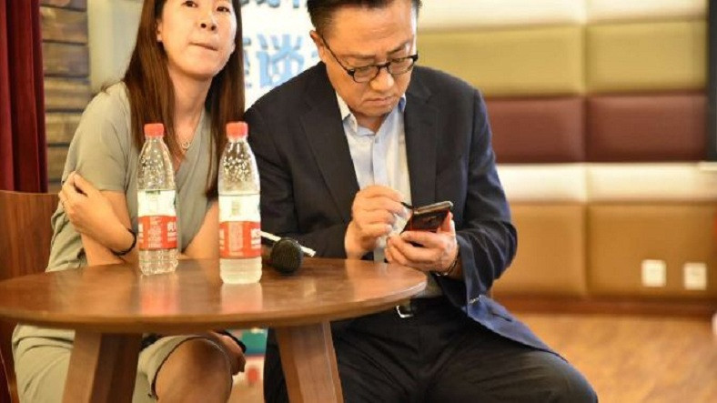 Samsung'un CEO'su Dj Koh, Henüz Tanıtılmamış Olan Galaxy Note 9'u Kullanırken Görüntülendi