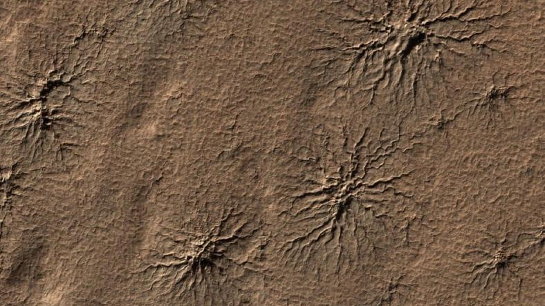 Mars Yüzeyindeki Kara Örümceklerin Yeni Görseli Yayınlandı