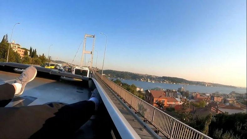 Karakolluk Olmaya Doymayan Youtuber Yunus Emre Özer, Bu Sefer de Metrobüsün Üstüne Çıkıp Asya'dan Avrupa'ya Gitti [Video]