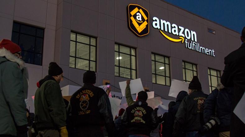 Amazon Çalışanları, Minnesota'daki Amazon Deposunun Önünde Protestoya Başladı