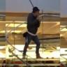 Fiyatları Beğenmeyen Bir Adam, Apple Store'a Samuray Kılıcıyla Girdi!