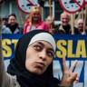Müslüman Karşıtı Eylemin Önünde Selfie Çeken Müslüman Kız İnternette Olay Oldu!