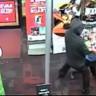 Bulunduğu Dükkana Hırsızların Girdiğini Gören 7 Yaşındaki Çocuk, Hırsızı Yumrukladı!!