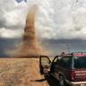 Hayatının Fotoğrafını Çekmek İçin Kasırga Peşinde Koşan Adam