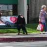 Sokak Ortasında Kafa Koparan Sihirbaz, İnsanların Yüreğini Ağzına Getirdi (Video)