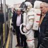 İstanbul'da Metrobüse Astronot Kıyafetiyle Binen Adam İçin Sosyal Medyada Yapılan Yorumlar