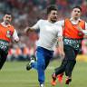 4,5 Milyon Aboneli Türk YouTuber, Chelsea - Liverpool Maçında Sahaya Girdi