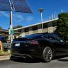 Tesla'nın Açılmayan Kapısı Nedeniyle Bir Adam Yanarak Hayatını Kaybetti