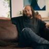 Kaslarıyla Ünlü Jason Momoa'nın Aslında Tüy Siklet Olduğunu Gösteren Reklam Filmi